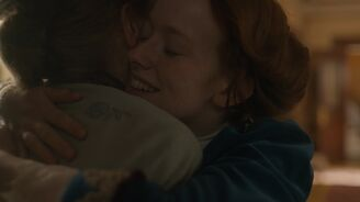 Marilla und Anne umarmen sich-0