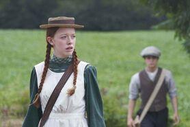 Anne im Hintergrund Gilbert
