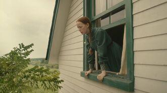 Anne schmeißt Brief aus dem Fenster