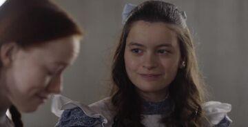 Diana lächelt zu Anne