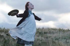 Anne auf einem Feld