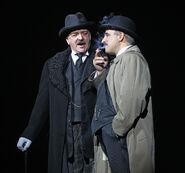 John Bowe als Richter Turpin und Peter Polycarpou als Beadle Bamford