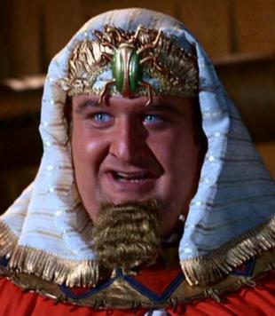 Victor Buono als 'King Tut'