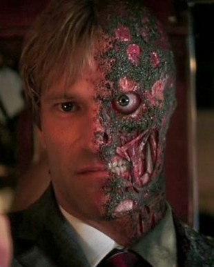 Aaron Eckhart als Harvey 'Two-Face' Dent