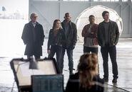 8.The Flash Invasion Felicity, Stein, Sara, Mick, Jax & Ray palmer