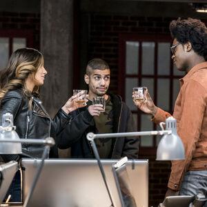 11.Arrow-Divided-Dinah Drake, Rene Ramirez et Curtis Holt.jpg