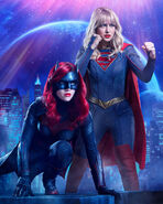 Poster crisis on infinite Earths Batwoman et Supergirl