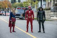23.Arrow-elseworlds-part2-Supergirl, Flash (Oliver), et GreenArrow (Barry)