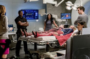 12.The Flash Duet Caitlin, J'onn J'onzz, Iris, Cisco, Flash, Supergirl et Mon-El
