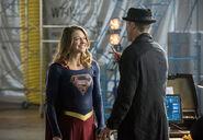 19.The Flash Invasion Supergirl & HR