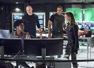 8.Arrow Beacon of Hope Curtis, Diggle, Quentin et Felicity avec Oliver en arrière plan