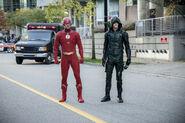 22.Arrow-elseworlds-part2-Flash (Oliver) et Barry (GreenArrow)