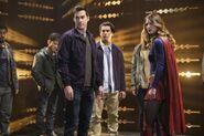 8.Supergirl supergirl-lives Supergirl, Mon-El & prisonniers