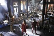 8.supergirl Worlds Finest flash et supergirl face à Livewire