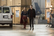 16.The Flash Invasion Supergirl & Barry