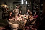 13.O Come, All Ye Faithful-Nora, Barry, Iris, Sherloque, Cisco et Caitlin