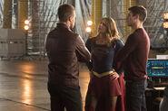 18.The Flash Invasion Oliver, Supergirl & Barry