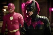 24.Arrow-elseworlds-part2-Flash (Oliver) et Batwoman