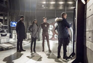 13.The Flash Infantino Street Joe, Iris, Barry, Julian et Leonard Snart