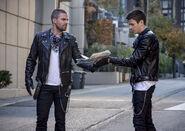 13.Arrow-elseworlds-part2-Oliver et Barry (Twins)