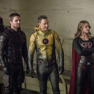14.Crisis on Earth-X, Part 2 Arrow SS Arrow, SS Reverse Flash et SS Supergirl.jpg