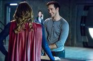 12 Supergirl we-can-be-heroes Supergirl et Mon-El