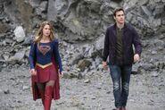 1.Supergirl supergirl-lives Supêrgirl & Mon-El