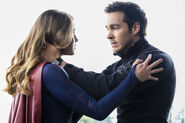 1.Supergirl Nevertheless, She Persisted Supergirl et Mon-El