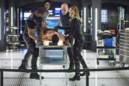 10.Arrow Beacon of Hope Curtis, Diggle, Quentin et Felicity avec Oliver