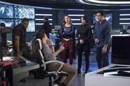 9.Supergirl Homecoming Jeremiah, J'onn, Alex, Winn, Mon-El et Kara