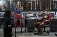9.supergirl Worlds Finest flash et supergirl et lucy