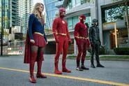 1.Arrow-elseworlds-part2-Supergirl, Oliver(Flash), Flash (Barry 90) et Barry(GreenArrow)