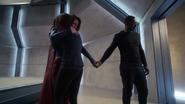 Kara abraçando Alex e segurando a mão de J'onn