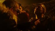 Citizen Cold ratuje chłopaka i bohaterów Ziemi-1 przed rozstrzelaniem (5)