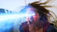 Supergirl atacando o Tornado Vermelho