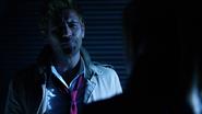 John Constantine włamuje się na Waveridera, aby porozmawiać z Sarą (3)