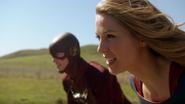 Supergirl e Flash prestes a apostarem corrida