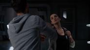 Imra i Mon-El ćwiczą w sali treningowej (2)