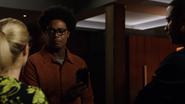 Curtis wręcza Johnowi czip, który naprawi jego nerwy