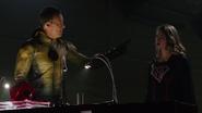 Eobard rozmawia z Overgirl na temat Dark Arrowa