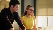 Kara Danvers and Barry Allen talk (2)