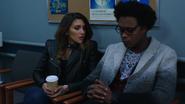 Dinah dziękuje Curtisowi za powstrzymanie jej przed zabójstwem