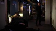 Qunetin przyjmuje kulę wystrzeloną w Laurel na siebie (2)