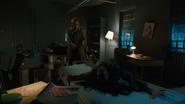 Constantine odprawia egzorcyzm na Emily w Star City (4)