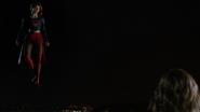 Supergirl sendo entrevistada por Cat Grant