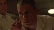 Leo Snart zostaje porawany przez lekarzy (1)