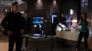 Harrison Wells (Earth-2) and team Flash afflimate and catch evil Doctor Light (1)