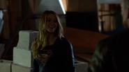 Supergirl sorrindo durante seu combate com o K'hund
