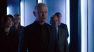 Damien Darhk wath Oliver Queen in TV (1)