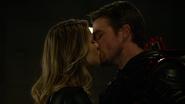 Dark Arrow i Overgirl całują się po kłótni z Eobardem